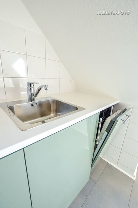 Modern möblierte Wohnung mit Dachschrägen in Düsseldorf-Wersten